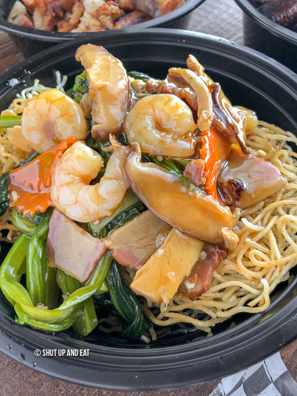 Cantonese fried noodles with seafood and vegetables